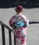 Ner trappa med tillbaka till kameran, Asakusa, Japan royaltyfri bild