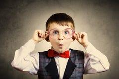 Nerd allegro sorridente felice del ragazzino con i vetri sulle sue orecchie i fotografia stock libera da diritti
