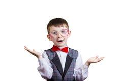 Nerd allegro sorridente felice del ragazzino con i vetri sulle sue orecchie i Immagini Stock Libere da Diritti