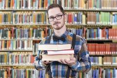 Nerd in bibliotheek Stock Fotografie