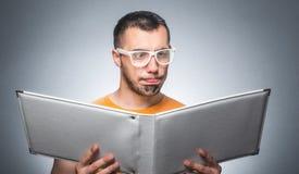 Nerd con il libro immagine stock libera da diritti