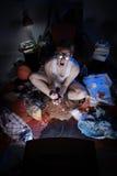 Nerd del Gamer che gioca i video giochi sulla televisione Immagini Stock