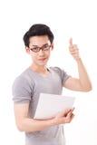 Nerd del genio felice o uomo astuto del geek che dà pollice su Fotografia Stock