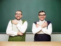 Nerd maschii che giudicano i libri stretti Fotografia Stock