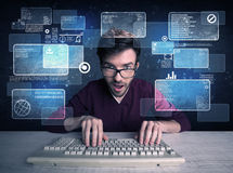 Nerd med exponeringsglas som hackar websites royaltyfria bilder