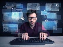 Nerd med exponeringsglas som hackar websites arkivfoton