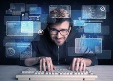 Nerd med exponeringsglas som hackar websites royaltyfri fotografi