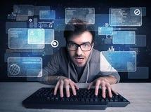 Nerd med exponeringsglas som hackar websites royaltyfri foto