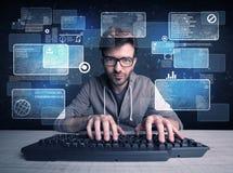 Nerd med exponeringsglas som hackar websites arkivbild