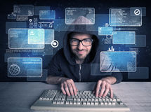 Nerd med exponeringsglas som hackar websites royaltyfri bild