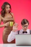 Nerd med flickvännen. Säker nerdman som arbetar på datoren royaltyfri bild