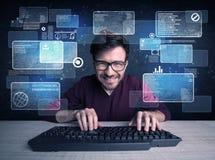 Nerd met glazen die websites binnendringen in een beveiligd computersysteem Stock Foto