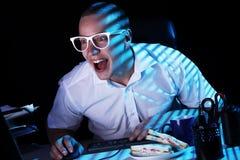 Nerd och dator arkivfoto