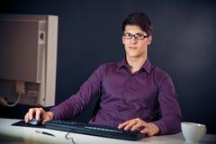 Nerd och hans dator arkivfoton