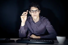 Nerd och hans dator royaltyfri bild