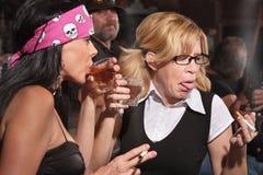 Nerd som reagerar till Whiskey i krog royaltyfri bild