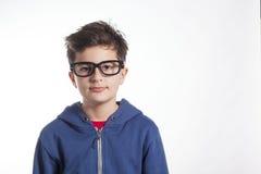 Nerd som ser Little Boy som bär stora svarta exponeringsglas Arkivfoton