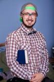 Nerd sorridente con un libro Fotografie Stock Libere da Diritti
