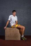Nerden i idrottshallvisningen tummar upp royaltyfria bilder