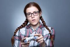 Nerdkvinna med Gamepad fotografering för bildbyråer