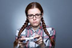 Nerdkvinna med Gamepad arkivfoton