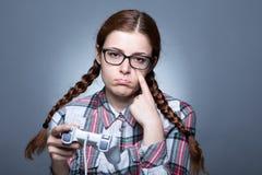 Nerdkvinna med Gamepad arkivfoto