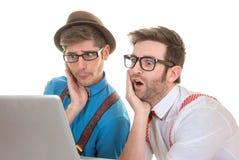 It-nerds som ser bärbar datordatoren arkivbilder