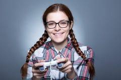 Nerdvrouw met Gamepad royalty-vrije stock afbeelding