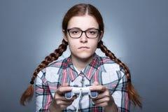 Nerdvrouw met Gamepad stock foto
