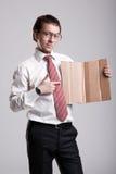 Nerdy affärsman som rymmer en papp Royaltyfri Foto