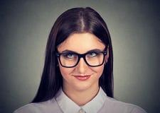 Nerdy blyg kvinna i glasögon arkivbild