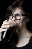 nerdy dricka flicka för öl Royaltyfri Bild