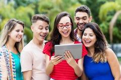Nerdy francuski żeński uczeń z pastylka komputerem i grupą międzynarodowi ucznie obrazy royalty free