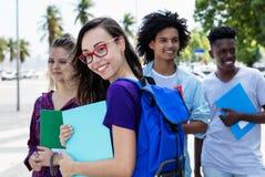Nerdy grupp för kvinnlig student av internationella studenter fotografering för bildbyråer