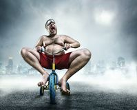 Nerdy mężczyzna jedzie małego bicykl Zdjęcia Royalty Free