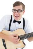 Nerdy modniś bawić się gitarę Fotografia Stock