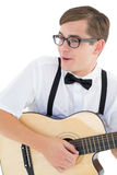 Nerdy modniś bawić się gitarę Zdjęcia Royalty Free