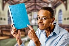 Nerdy schwarzer Mann mit Buch lizenzfreie stockbilder