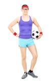 Nerdyatleet die een voetbal houden Stock Fotografie