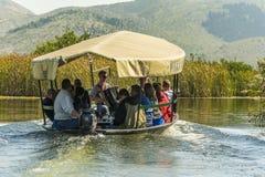 NERETVA,克罗地亚, 2017年9月30日:与游人的小船徒步旅行队neretva河三角洲的,在橘树和橙树之间 图库摄影