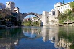 莫斯塔尔和反射老桥梁在Neretva 免版税库存图片