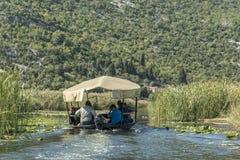 NERETVA, CROATIE, LE 30 SEPTEMBRE 2017 : safari de bateau avec le touriste sur le delta de rivière de neretva, entre l'arbre de m Photo libre de droits