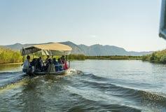 NERETVA, CROAZIA, IL 30 SETTEMBRE 2017: safari della barca con il turista o Fotografie Stock