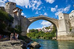 Neretva-Fluss und alte Brücke in Mostar Stockbilder