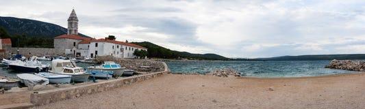 Nerezine kust med kyrklig panorama, Kroatien Fotografering för Bildbyråer