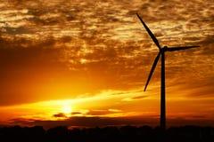 Énergie éolienne et coucher du soleil d'or Photographie stock libre de droits
