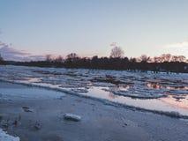 Neris-Fluss während des Sonnenuntergangs Lizenzfreie Stockfotos