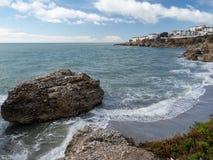 Nerja, een kleine stad op Costa del Sol Mening van het strand en de bergen andalusia spanje Maart, 2018 stock fotografie