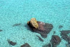 Nerja, mare blu puro e rocce Fotografia Stock