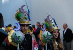NERJA, SPANJE - FEBRUARI 11, 2018People in kostuums het vieren stock afbeelding